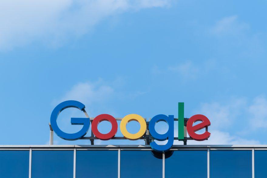 Google Logo vor blauem Himmel.