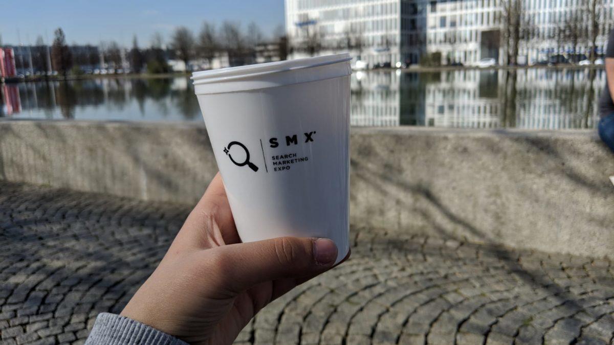 Kaffebecher mit dem Logo der SMX